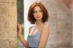 户外美丽的深色的女孩 免版税库存图片