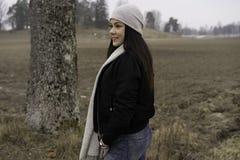 户外美丽的瑞典白种人青少年的女孩 免版税库存照片
