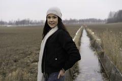 户外美丽的瑞典白种人青少年的女孩 免版税库存图片