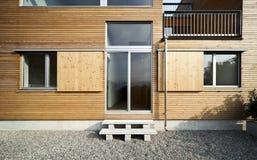户外美丽的生态学房子 免版税库存图片