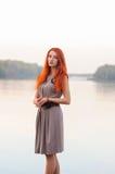 户外美丽的确信的妇女画象有红色头发的, co 免版税图库摄影