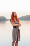 户外美丽的确信的妇女画象有红色头发的, co 免版税库存照片