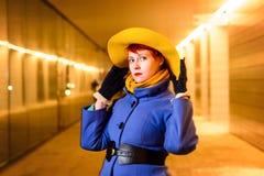 户外美丽的红头发人女孩生活方式画象一个画廊的与光,晚上 库存图片