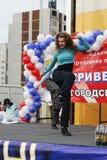 户外美丽的跳舞妇女 秋明州 俄国 免版税图库摄影
