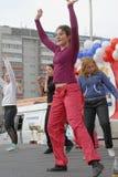 户外美丽的跳舞妇女 秋明州 俄国 库存图片
