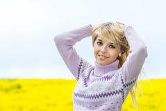 户外美丽的金发碧眼的女人 免版税库存图片