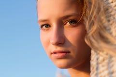 户外美丽的青少年的女孩 库存照片