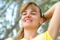 户外美丽的年轻白肤金发的女孩画象。 图库摄影