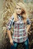 户外美丽的青少年白肤金发的女孩画象。 库存照片