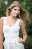 户外美丽的年轻白肤金发的妇女画象  图库摄影