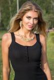 户外美丽的年轻白肤金发的妇女画象  库存照片