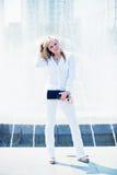 户外美丽的年轻白肤金发的妇女 免版税库存照片