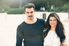 户外美好的可爱的年轻意大利夫妇 免版税库存照片