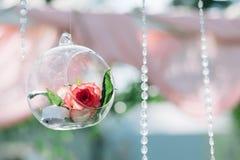 户外美好的夏天婚礼的装饰 婚礼曲拱由轻的布料和白色和桃红色花制成在绿色 库存照片