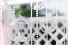户外美好的夏天婚礼的装饰 婚礼曲拱由轻的布料和白色和桃红色花制成在绿色 图库摄影