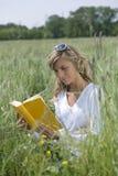 户外美好的妇女读取 免版税库存图片