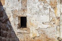 户外老红砖墙壁表面有开口的 免版税库存图片