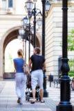 户外背面图年轻夫妇夏天 免版税库存图片