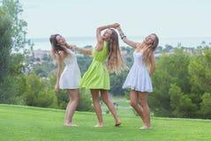 户外舞蹈健康女孩在夏天 免版税库存照片