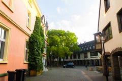 户外街道汽车自然天空树回家 免版税图库摄影