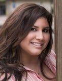 户外讲西班牙语的美国人加上portrati范围微笑的妇女 免版税库存照片
