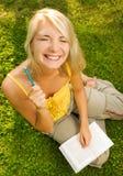 户外读妇女的书 图库摄影