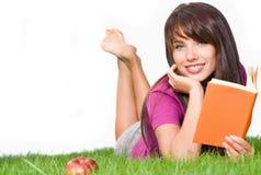户外读妇女的书 免版税图库摄影