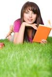 户外读妇女的书 库存图片