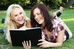 户外读妇女的美丽的朋友新 库存图片