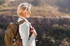户外资深女性远足者 免版税图库摄影