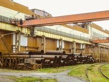 户外起重机支架 在开放仓库上的顶上的旅行的起重机和与铁路的装载区 免版税库存图片