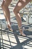 户外跳芭蕾舞者的腿 免版税库存照片