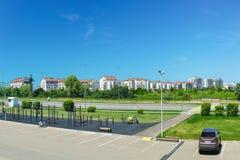 户外运动健身设备和设施,一个住宅区 都市的横向 免版税库存图片