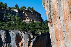 户外运动活动 登高的攀岩运动员富挑战性峭壁 极端体育上升 免版税库存照片
