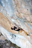 户外运动活动 登高的攀岩运动员富挑战性峭壁 极端体育上升 冒险和旅行 免版税库存图片