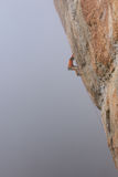 户外运动 登高的攀岩运动员富挑战性峭壁 极端体育上升 免版税图库摄影