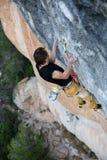 户外运动 登高的攀岩运动员富挑战性峭壁 极端体育上升 免版税库存照片