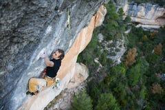 户外运动 登高的攀岩运动员富挑战性峭壁 极端体育上升 库存照片