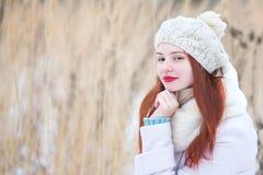 户外逗人喜爱的女孩在一个晴朗的冬日 免版税图库摄影