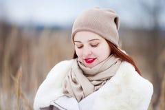 户外逗人喜爱的女孩在一个晴朗的冬日 库存图片