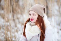 户外逗人喜爱的女孩在一个晴朗的冬日 免版税库存照片