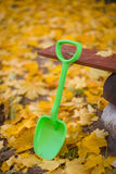 户外铁锹玩具秋天 库存照片