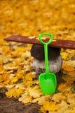 户外铁锹玩具秋天 库存图片