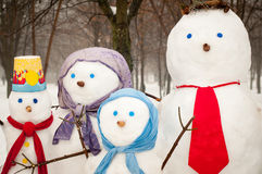户外雪人家庭  免版税库存图片