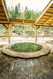户外露天浴在冬天 沐浴的铁木盆在面汤中 免版税库存照片