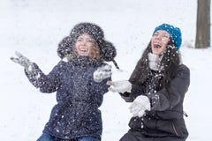 户外青少年的女朋友在冬天 免版税库存图片