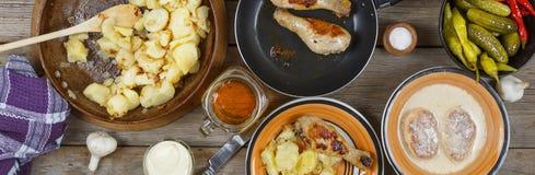 户外食物概念 开胃烤鸡腿、芯片和新鲜蔬菜沙拉在一张木野餐桌,顶视图上的 免版税库存照片