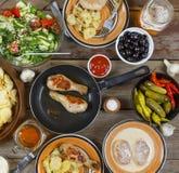 户外食物概念 开胃烤鸡腿、芯片和新鲜蔬菜沙拉在一张木野餐桌,顶视图上的 库存图片