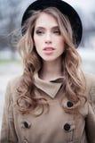 户外黑帽会议的时装模特儿妇女 免版税库存照片