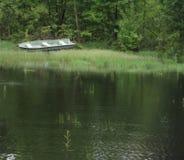 户外,小船,水,草,树 库存图片